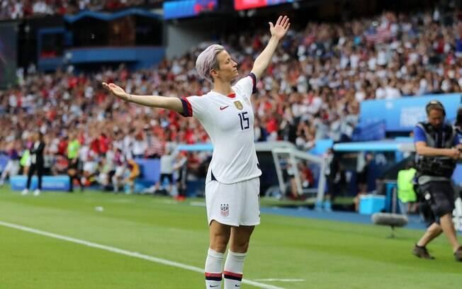 Rapinoe comemorando gol pela seleção americana contra a França na Copa do Mundo Feminina.