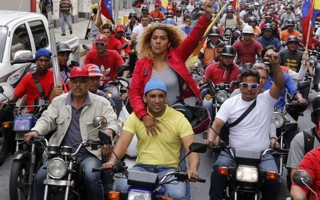 Manifestantes pró-governo comemoram eleições para nova Assembleia Constituinte na Venezuela