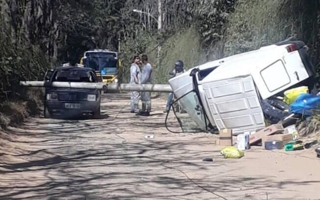 Veículo de entrega é roubado e capota durante fuga em Indaiatuba