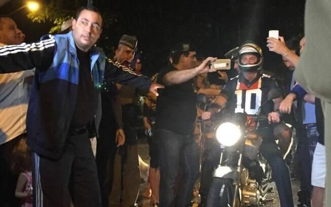Bolsonaro passeia de moto no litoral de São Paulo e brinca com apoiadores