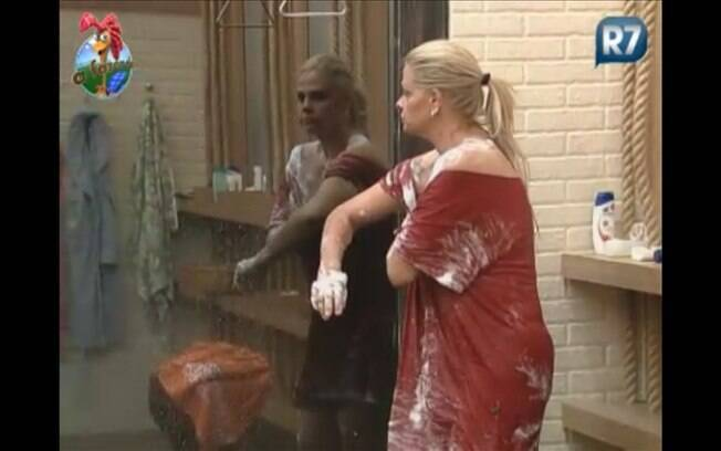 Sempre de camisetão, Monique toma banho na companhia de Marlon