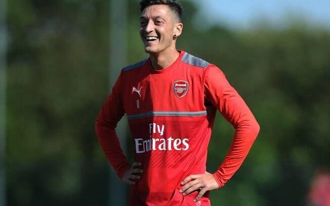 O meio Özil sorri durante treino do seu clube, o Arsenal
