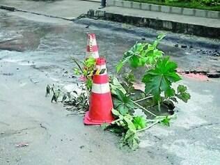 Perigo. Buraco no meio da rua Retiro das Esmeraldas tem preocupado moradores do bairro Retiro