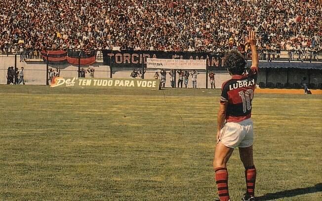 Zico acena para torcida do Flamengo