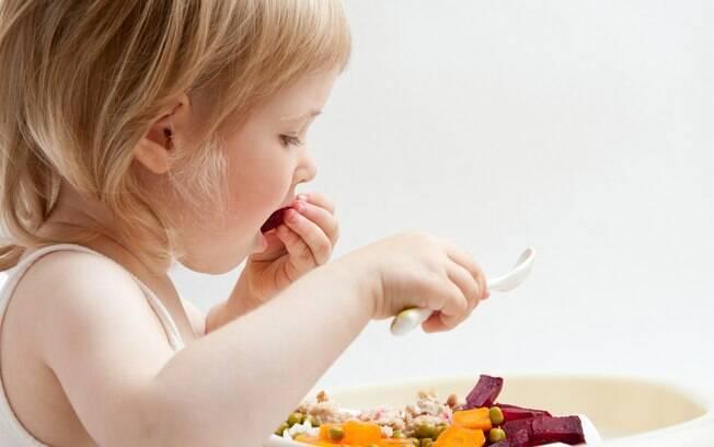 Uma alimentação rica em frutas e verduras consistentes auxilia o desenvolvimento da fala