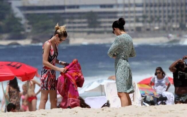 Depois do banho de sol, mães e filha se vestiram e caminharam na orla carioca