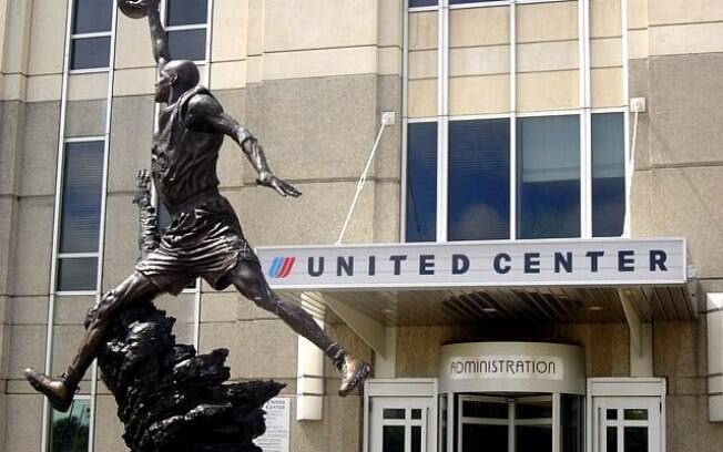 Estátua de Michael Jordan na entrada do  United Center