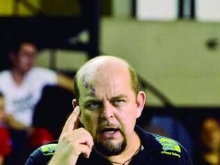 Atenção. Técnico Spencer Lee quer a equipe do Praia muito ligada, principalmente no fim dos sets
