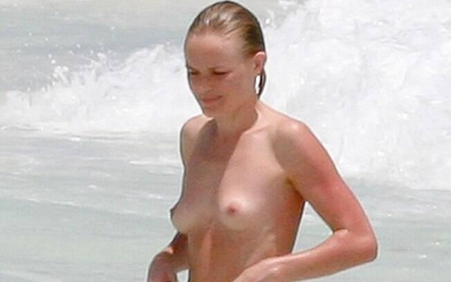 A atriz Kate Bosworth toma um banho de mar sem a parte de cima do biquíni