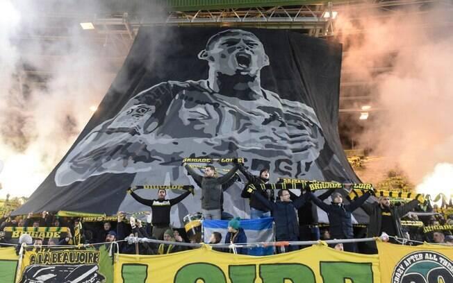 Torcida do Nantes fez belas homenagens a Emiliano Sala no jogo da equipe nesta quarta-feira (30)