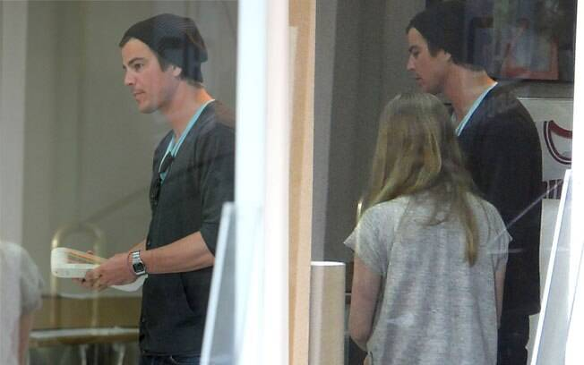 Josh Hartnett e Amanda Seyfried foram juntos à uma galeria de arte em Beverly Hill