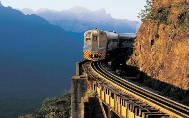 Passeio de trem pela Serra do Mar passa por rios, cachoeiras, montanhas e vales