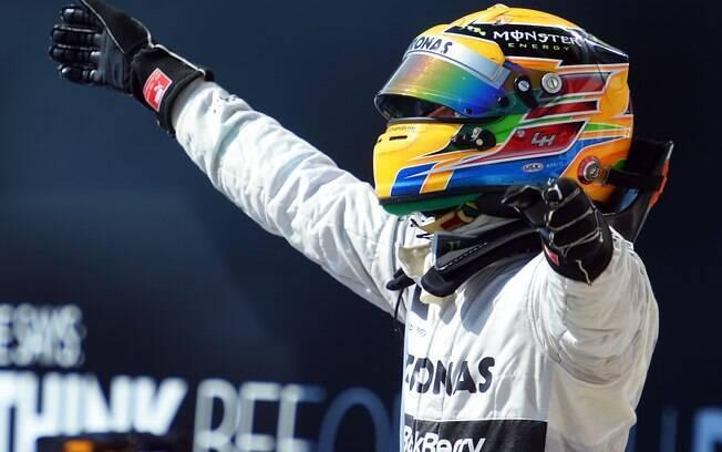 Hamilton comemora sua primeira vitória como  piloto da Mercedes