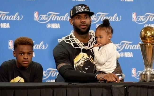 LeBron James Jr. ao lado do pai e da irmã após o título da NBA do Cleveland Cavaliers