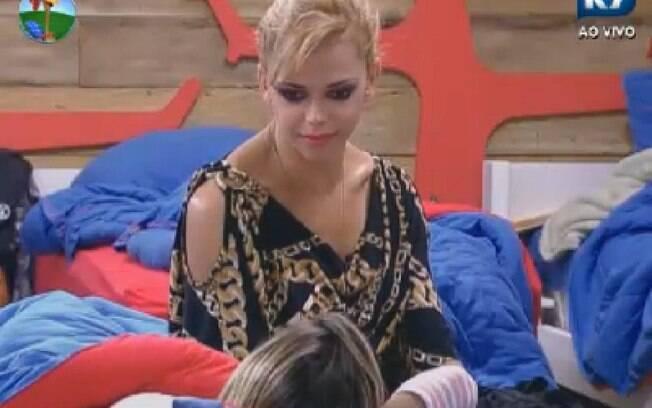 Leo Aquila conversa com Robertha no quarto