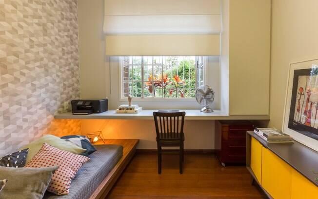 A cortina faz o enquadramento para valorizar o verde do lado de fora.