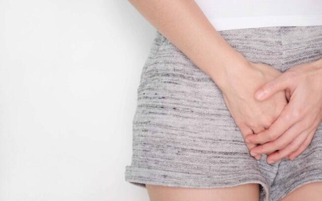 mulher com as mãos sobre a vagina
