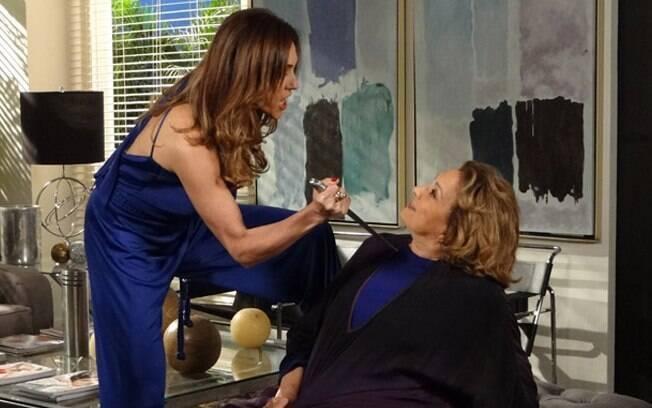 Tereza Cristina ameaça Tia Íris com uma faca