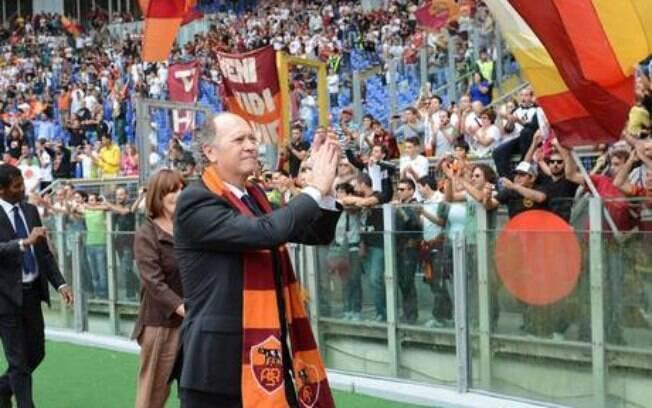 Falcão foi homenageado em Roma e ainda fez apelo pelo novo estádio do clube