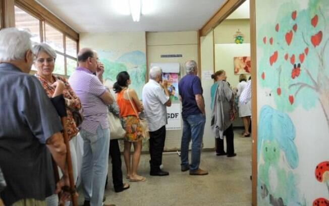 Fila para receber a vacina distribuída pelo governo contra a gripe em posto de saúde em Braília