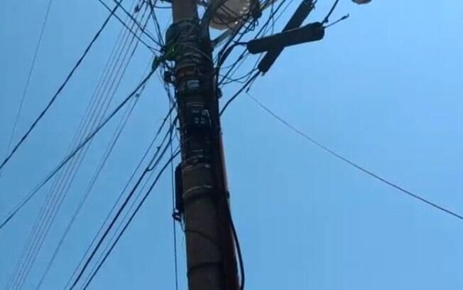 Caminhão arrebenta cabo de internet na Vila Joaquim Inácio