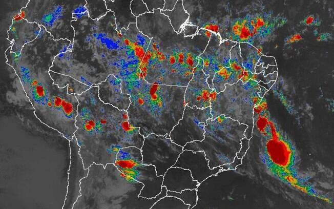 Imagem de satélite mostra nuvens associadas a tempestade tropical Iba