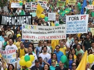 SP - PROTESTO/DILMA/PAULISTA - POLÍTICA - Manifestação contra o Partido dos     Trabalhadores (PT) e pelo impeachment     da presidente Dilma Rousseff, com     concentração no vão livre do Museu de     Arte de São Paulo (Masp), segue pela     Avenida Paulista, na tarde deste sábado     (29).    29/11/2014 - Foto: DANIEL TEIXEIRA/ESTADÃO CONTEÚDO