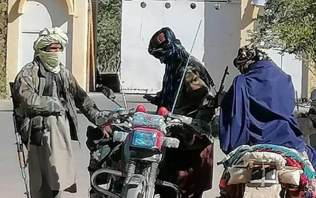 Talibã entra em Cabul e americanos deixam embaixada de helicóptero