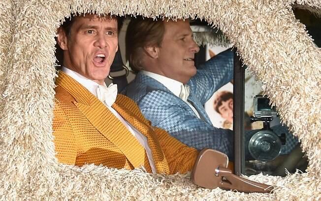 20 anos após o primeiro filme, Lloyd Christmas (Jim Carrey) e Harry Dunne (Jeff Daniels) voltaram
