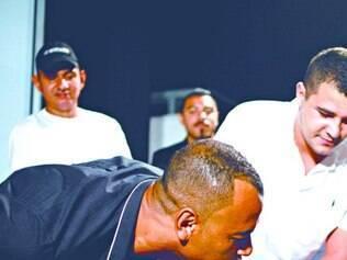 Descontração.  Cafu joga totó – ou pebolim – durante abertura de exposição sobre o futebol brasileiro