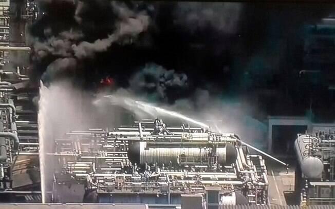 Segundo a Petrobras, incêndio teve início por volta das 13h40; sindicato diz que falta segurança no local