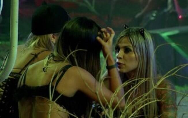 Letícia, Tatiele e Vanessa falam mal de Aline durante festa