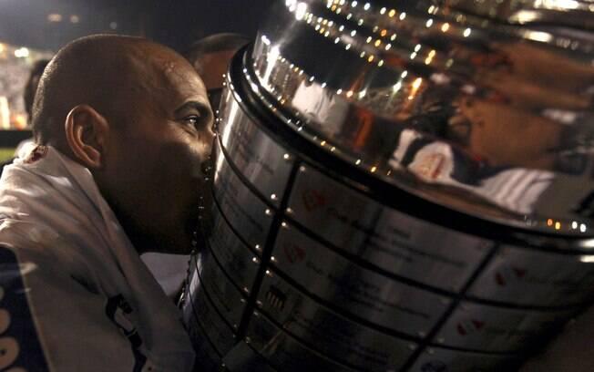 Emerson, grande nome da final, beija a taça  de campeão da Libertadores