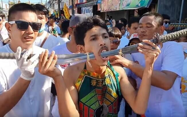 Tailandeses perfuram o corpo durante festival que acontece desde 1825 com a intenção de purificar o corpo.