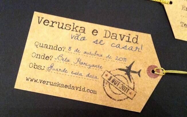O save the date de David e Veruska não escapou ao conceito: era uma tag de bagagem