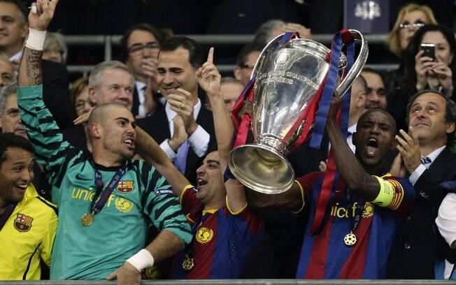 Recém-recuperado de um câncer no fígado,  Abidal ergue troféu da Liga dos Campeões de 2011