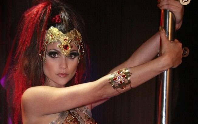 Alzira (Flávia Alessandra), a dançarina de