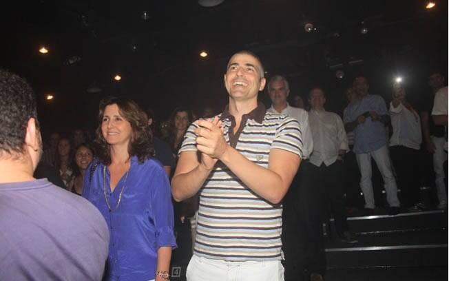 Reynaldo Gianecchini aplaude o espetáculo