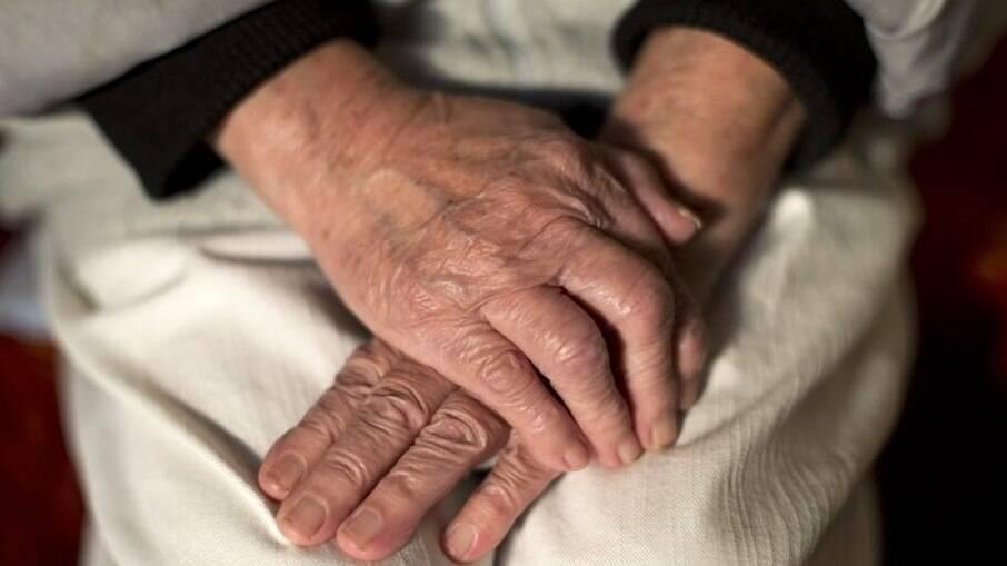Quanto mais idoso e menos escolaridade, maior o risco de demência, diz estudo