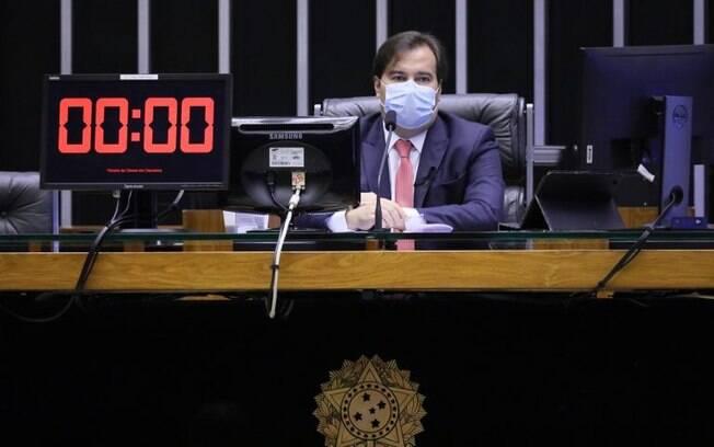 Rodrigo Maia, de máscara: reajuste generoso para os policiais do DF depois de dizer que ninguém teria aumento
