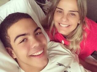 Milene compartilhou foto ao lado do filho, Ronald, no hospital