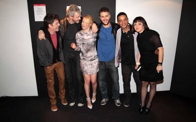 Mariana Ximenes posa com o diretor e o elenco
