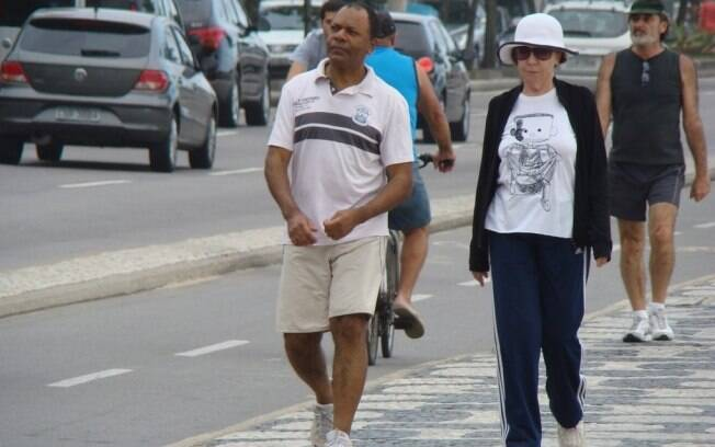 Fernanda Montenegro caminha em Ipanema