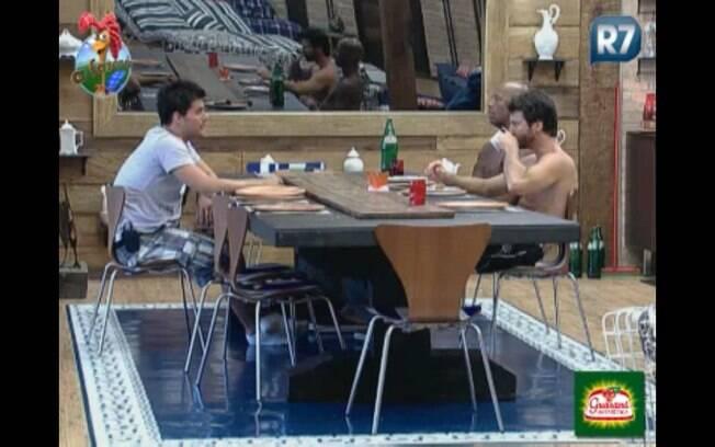 Thiago, Dinei e Marlon conversam durante café da manhã