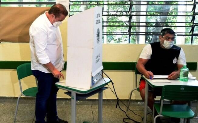 Jonas votou no Jd. Eleonor na manhã de domingo.
