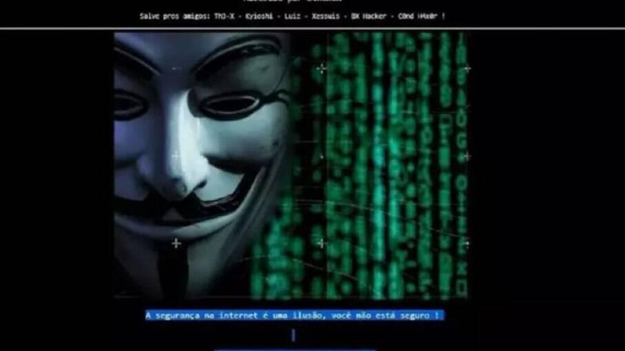 """Além de trocar todo o layout do site, invasor ainda se identificou e mandou um """"salve"""" para os amigos."""