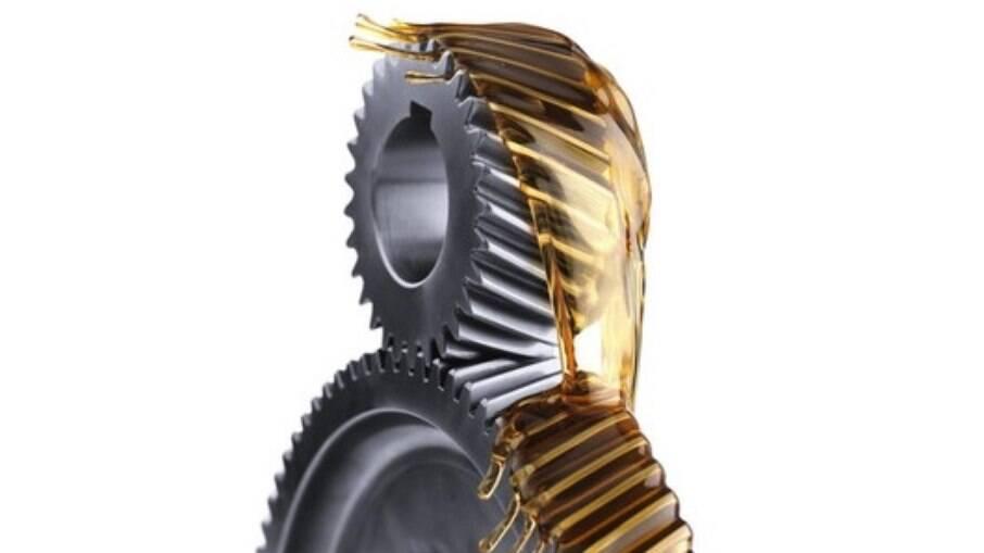 Trocas no prazo do óleo do motor e câmbio mantém a partes móveis como engrenagens sempre em dia
