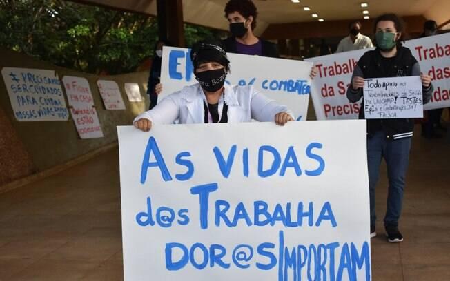 Cerca de 30 trabalhadores da saúde protestaram em frente ao HC da Unicamp