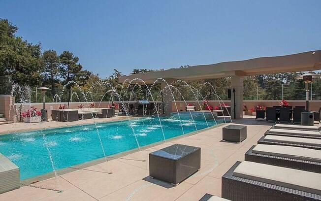 A piscina da antiga casa de Rihanna, na extensa de extensa área externa em Los Angeles