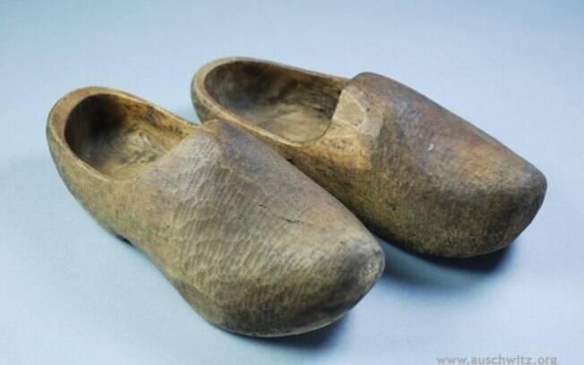 Sapato de madeira usado pelas vítimas do nazismo no campo. Foto: Auschwitz-Birkenau State Museum